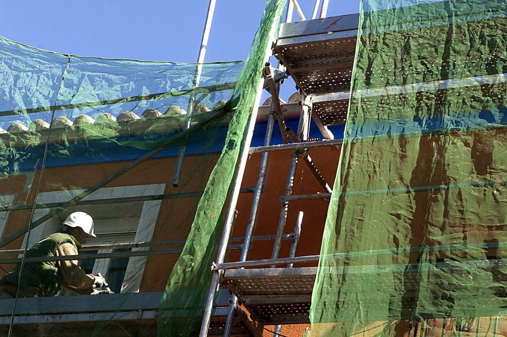 Personal rehabilitando una fachada.