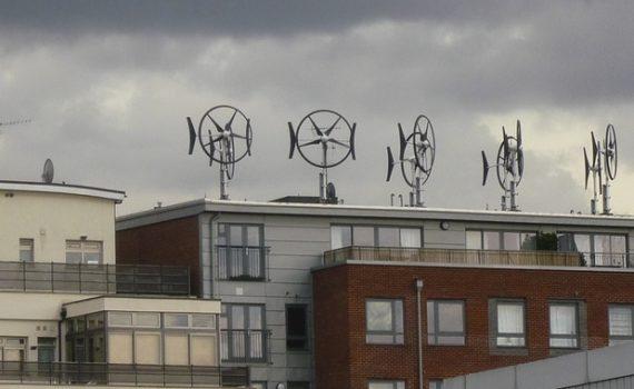 Generadores eólicos en lo alto de una vivienda.
