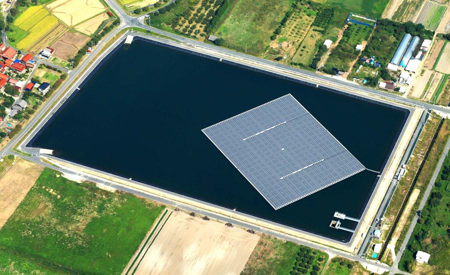 Paneles solares flotantes en una granja en Reino Unido.