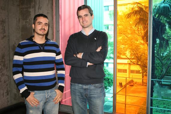 Los investigadores Ignacio Acosta y Miguel Campano junto a las ventanas de la Escuela Técnica Superior de Arquitectura de Sevilla. / US