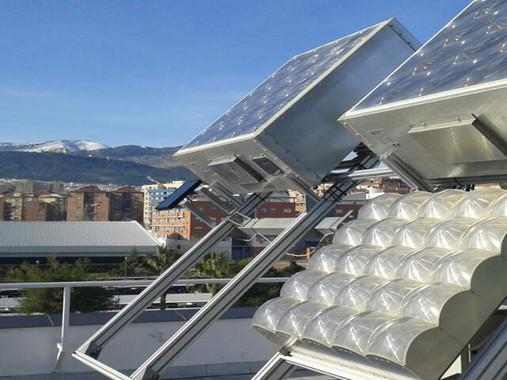 Módulos fotovoltaicos de concentración situados en la terraza de un edificio de la Universidad de Jaen