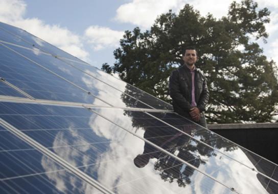 El investigador Óscar Barambones junto a los paneles solares de la Escuela de Ingeniería en Vitoria-Gasteiz